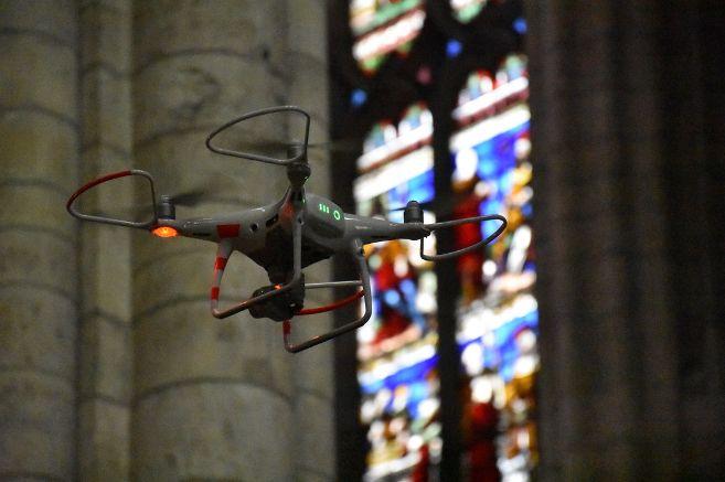 Un drone vole au secours du transept de la cathédrale Saint-Étienne à Sens.
